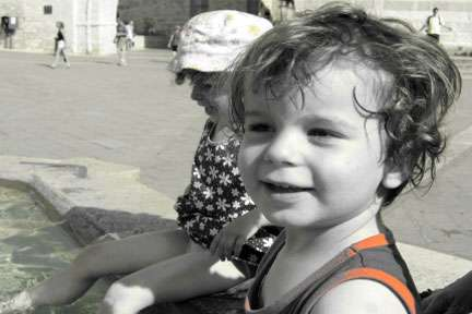 assisi-kids-in-fountain